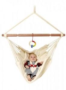Yayita, Babyhängematte, belastbar bis 20kg, mit Gurten, Größe ca. 60x110 cm. Diese Hängemattenlösung wiegt Babys von 0-12 Monaten in den Schlaf – selbst so genannte Schreikinder. Die Yayita Babyhängematte ist mit Sicherheitsgurten versehen, sie hat eine abtrennbare Einlegedecke und ist TÜV geprüft. Durch die leicht verstellbaren Liegepositionen wird die Yayita den verschiedenen Bedürfnissen der Babys gerecht. € 74,95