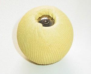 Fireball Mister Babache Ø 70mm ca. 107gr. Der Feuerball ist aus Holz und mit einem Kevalrstrumpf komplett überzogen. Zwischen dem Holz und dem Kevlarstrumpf ist zum Schutz des Holzes zusätzlich eine Lage Alupapier gewickelt. Die beiden Schrauben, die den Strumpf am Ball fixieren sind tief im Holz versenkt, um den Jongleur vor Verbrennungen zu schützen. Der gesamte Strumpf wird mit Feuerflüssigkeit getränkt und angezündet. Vorsicht: die Flamme ist recht groß. Um diesen brennenden Ball zu jonglieren, müssen unbedingt die Kevlar-Handschuhe gertragen werden.€ 14,90