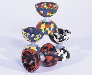 Diabolo Harlekino Ø 66mm, H. 74mm Gewicht: 110 gr. Ein kleines, buntes Diabolo. Lieferbar ind den Farbkombinationen: 4-farbig: rot/gelb/blau/grün, 2-farbig: schwarz/weiß, schwarz/rot, blau/gelb incl. Stäbe + Schnur € 9,90